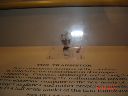 Primeiro transistor, texto descritivo.
